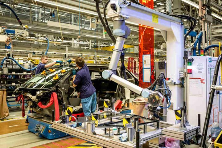 Blick in die Montage im Leipziger BMW-Werk. Hier arbeiten Mensch und Roboter schon wie selbstverständlich zusammen.