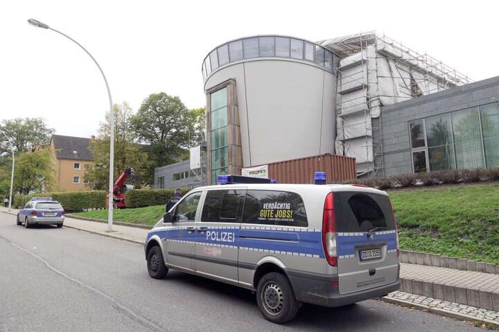 Die Polizei bewacht die Synagoge in der Stollberger Straße.