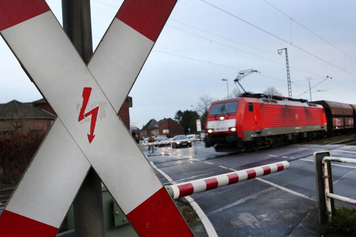 Der Mann beachtete den einfahrenden Regionalzug nicht. (Symbolbild)
