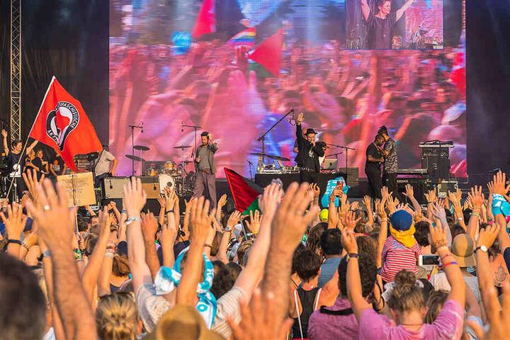 Mit Musik trotzten Tausende Demonstranten der nachmittäglichen Hitze.