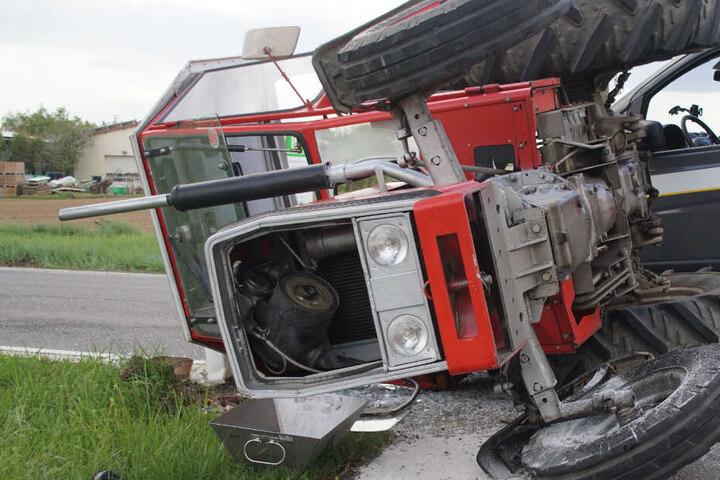 Der Kleintransporter traf den Traktor beim Überholvorgang am linken Hinterrad, woraufhin dieser umkippte.