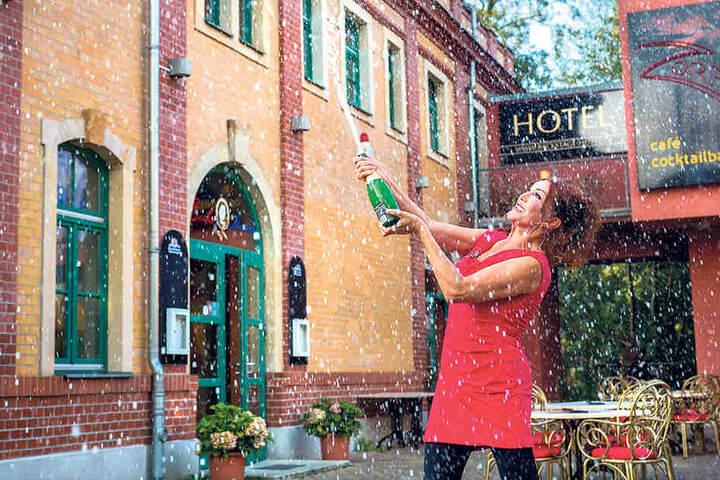 """""""Juchu, ich hab gewonnen!"""" - übermütig verspritzt Zora Schwarz vor ihrem  Hotel """"Backstage"""" Sekt."""