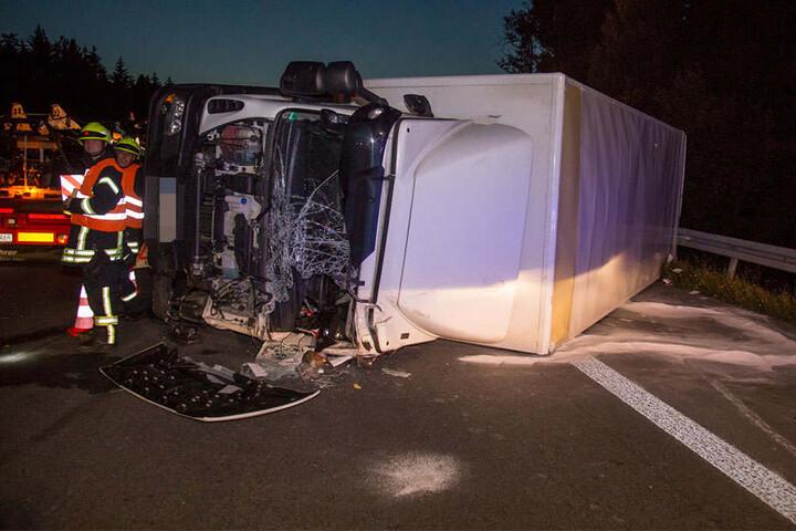 Das Fahrzeug kam auf der A4 ins Schlingern. Der Fahrer und ein weiterer Insasse wurden verletzt.