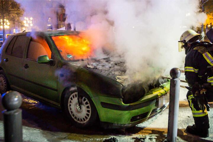 Die Feuerwehr löscht ein brennendes Auto in Wiesbaden.