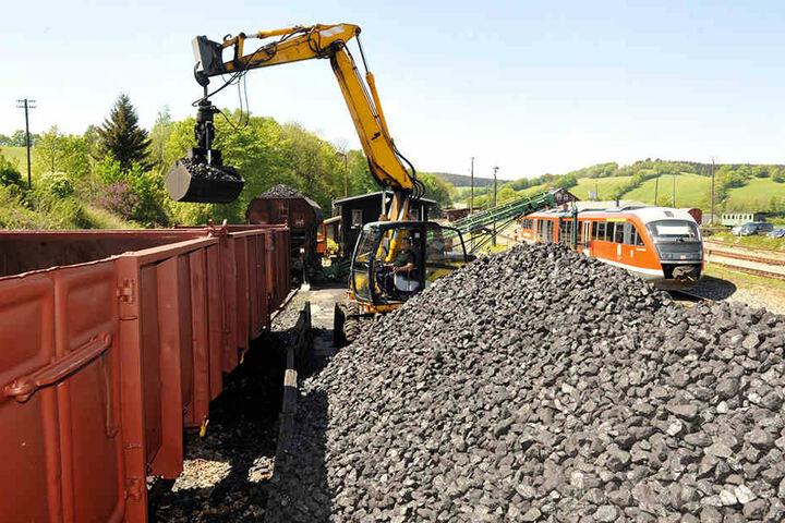 240 Tonnen Steinkohle wurden umgeladen, damit die Fichtelbergbahn weiter dampfen kann.