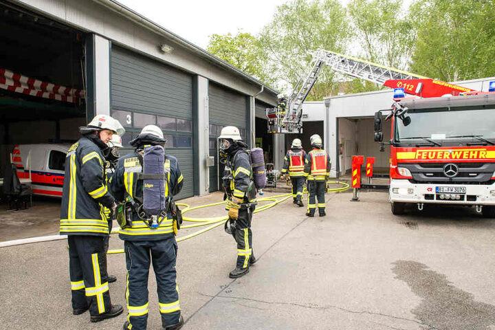Die Feuerwehr verschaffte sich sich ausgerüstet mit Atemschutzflaschen gewaltsam Zutritt zur Halle, wo der Brand ausgebrochen war.