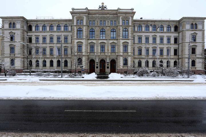 Das TU-Hauptgebäude in der Straße der Nationen. Hier sitzt die Uni-Leitung.  Rund 11.500 Menschen studieren an der Chemnitzer Bildungseinrichtung.