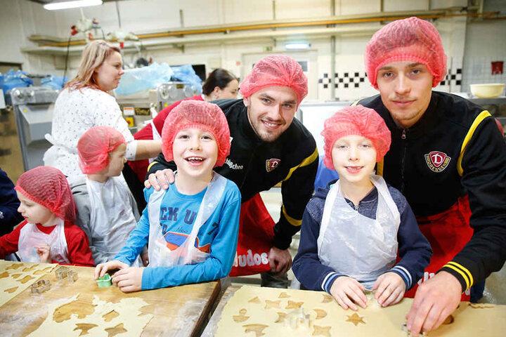 Pascal Testroet und Jannik Müller helfen den Kindern beim Ausstechen des Teiges, der dann in den Backofen kam.