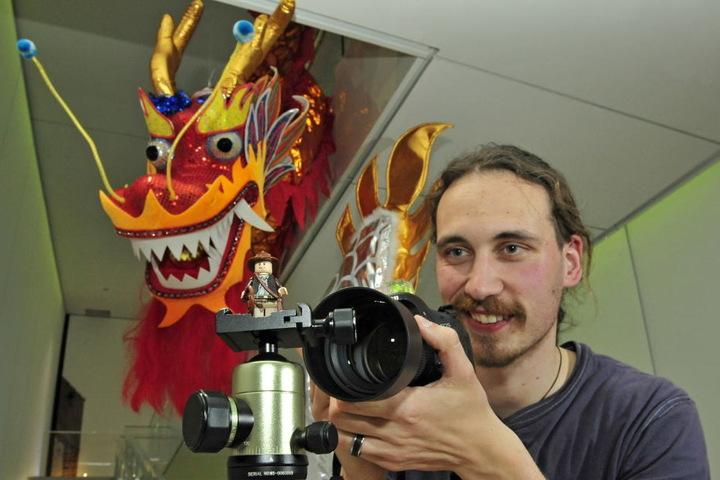 Er ist Hobby-Fotograf, Indiana-Jones- und Lego-Fan: darum fotografiert Thomas Engst (29) gerne seinen Mini-Indy.
