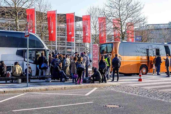 Mit Bussen werden die Passagiere dann nach Berlin geschafft.