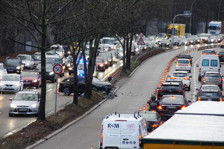 Zwei Fahrspuren in Richtung Innenstadt sowie die Spur des Express-Busses X1 mussten gesperrt werden.