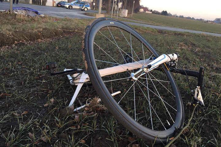 Das Fahrrad wurde durch die Wucht des Aufpralls auf eine Wiese geschleudert.