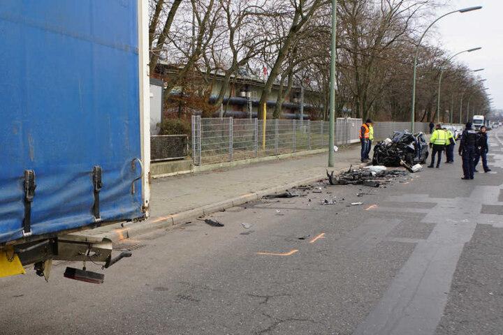 Warum der Skoda-Fahrer unter den Lkw-Auflieger krachte, ist unklar.