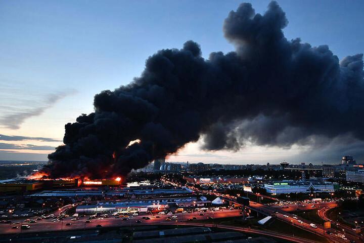 Wegen eines Großbrandes in Moskau haben Helfer rund 3000 Menschen aus einem Einkaufszentrum in Sicherheit gebracht.