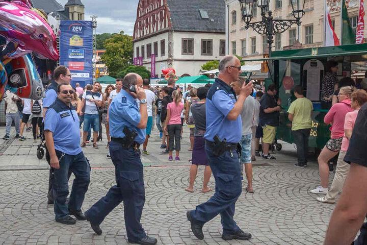 Gemeinsame Streife von Polizei und Sicherheitswacht auf dem Stadtfest in Zwickau.