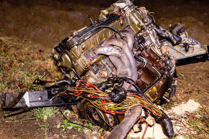 Der Motor wurde aus dem Wagen herausgerissen.