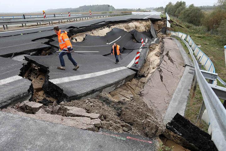 Fachleute begutachten das abgesackte Autobahnteilstück.