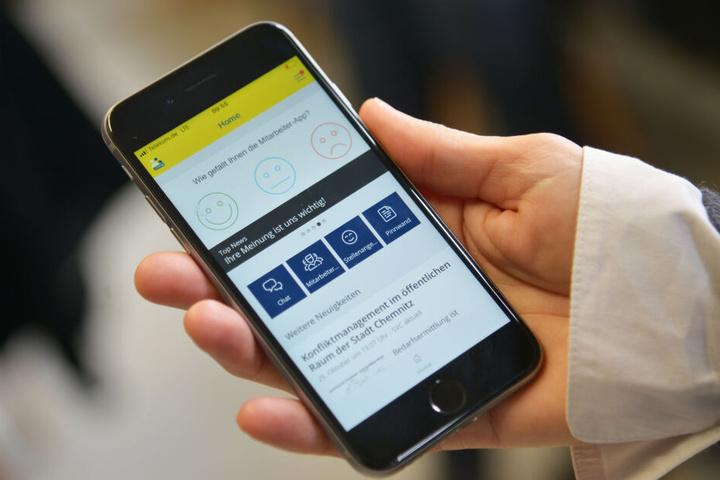 Auch kleine Umfragen gehören zur Intra-App: Der erste Smiley soll die App selbst bewerten.
