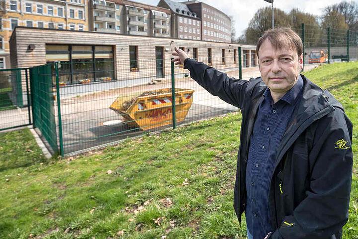 Stadtrat Thomas Lehmann (49) vor dem Bauhof an der Hospitalstraße. Der Politiker möchte die Kapazitäten erweitern.
