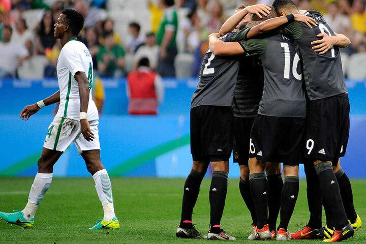 Die deutsche Mannschaft (rechts) feiert ein Tor, Nigeria hat keinen Grund zum Jubeln.