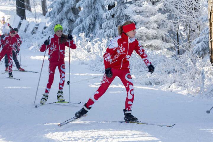 Wintersportfans erfreuen sich sichtlich am ersten Schnee.