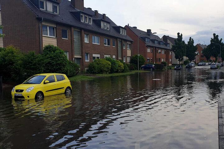 In Mönchengladbach wurden durch den Starkregen am Montagabend mehrere Straßen geflutet.