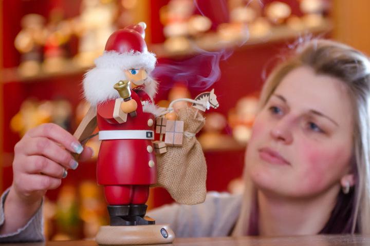 Jenny Auerbach (32) von der Seiffener Firma Kleinkunst aus dem Erzgebirge Müller GmbH mit dem neu entwickelten Räucherknacker.