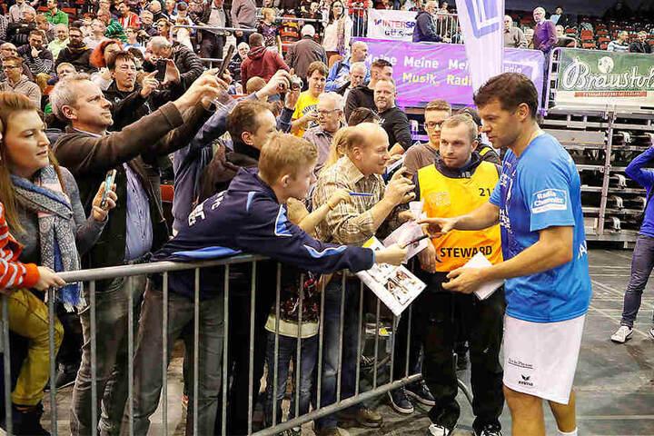 Die Fans standen Schlange für ein Autogramm von Michael Ballack.
