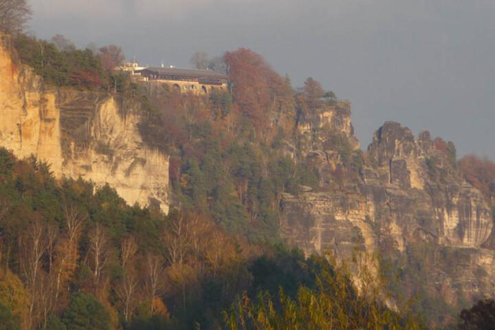 Über die Jahrhunderte hat Witterung und eindringendes Wasser dem Felsen zugesetzt, ihn porös gemacht.