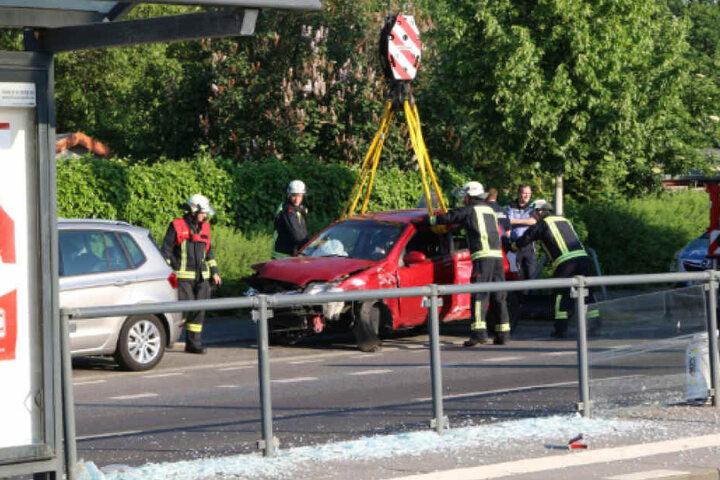 Die Berliner Feuerwehr musste den roten Kleinwagen mit einem Kran bergen.