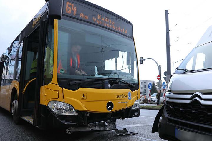 Zwei Fahrgäste wurden im Bus der Linie 64 verletzt.