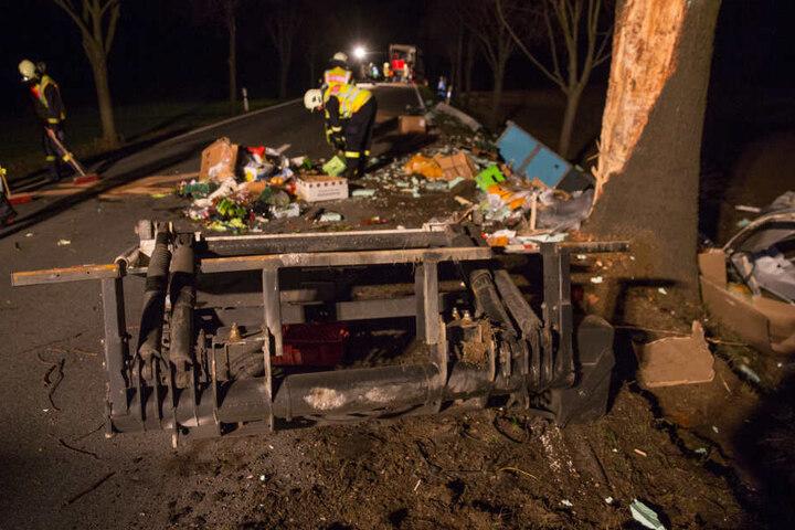Der Sattelauflieger des Lkw wurde komplett zerstört.