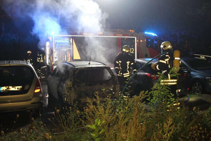 Die Berufsfeuerwehr war schnell vor Ort, konnte jedoch einen Ausbrennen des Wagens nicht mehr verhindern.