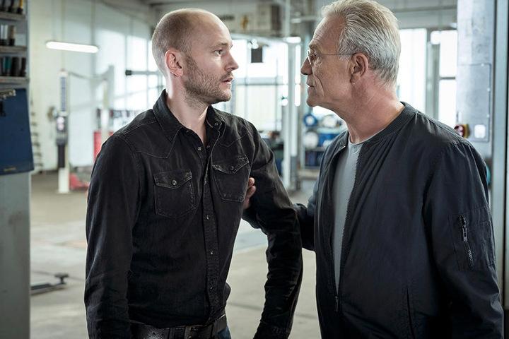 Für Max Ballauf (Klaus J. Behrendt, 58) ist Reifenhändler Matthes Grevel (Moritz Grove, 35) dringend tatverdächtig.