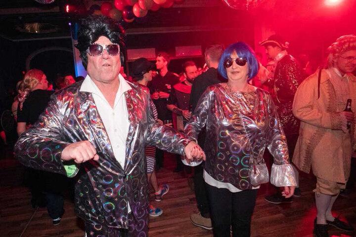 """Bunte, wilde und sexy Kostüme, so weit das Auge reicht! """"Elvis"""" Klaus (61) und seine Katrin (54)."""