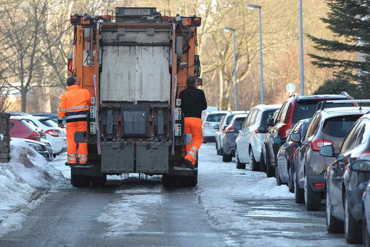 Selbst die Müllmänner des ASR kämpfen gegen das Eis, weil die Kollegen mit dem Räumen nicht hinterherkommen.