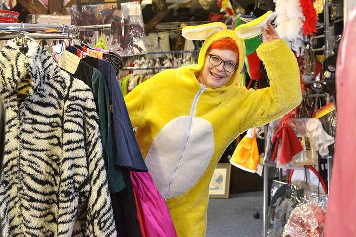 Im Fundus hat sich Reporterin Katrin Koch in ein knallgelbes Hasenkostüm verliebt.