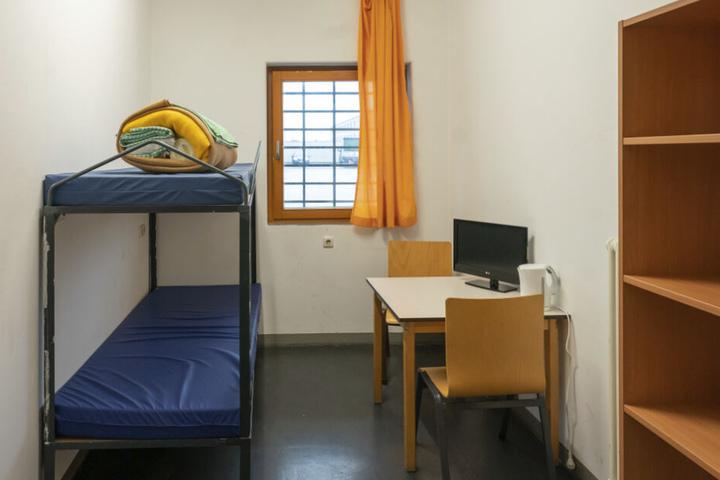 11 Quadratmeter Privatsphäre: Fernseher und Wasserkocher gehören längst zur Zellenausstattung, neuerdings auch ein Telefon von PrisonMedia.