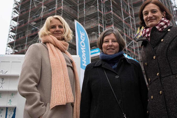 Katrin Lompscher (M, Die Linke), Berliner Bausenatorin, steht zusammen mit den Geschäftsführerinnen der HOWEGE Wohnungsbaugesellschaft mbH, Stefanie Frensch, (l) und Sophia Eltrop (r).