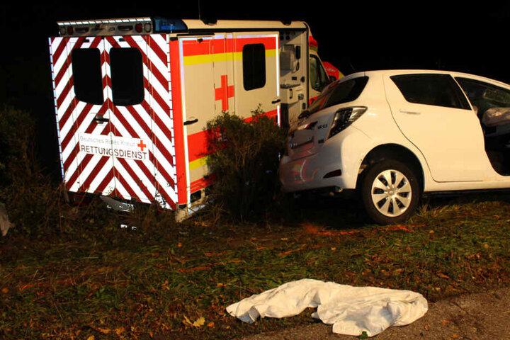 Die Fahrerin des weißen Autos nahm dem Rettungswagen die Vorfahrt.