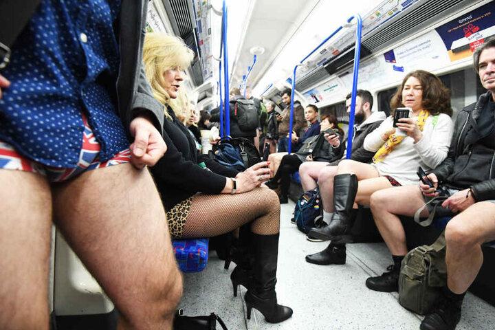 """Zahlreiche Menschen nehmen am 11. jährlichen internationalen """"No Pants on Subway""""-Tag in London (Großbritannien) teil."""