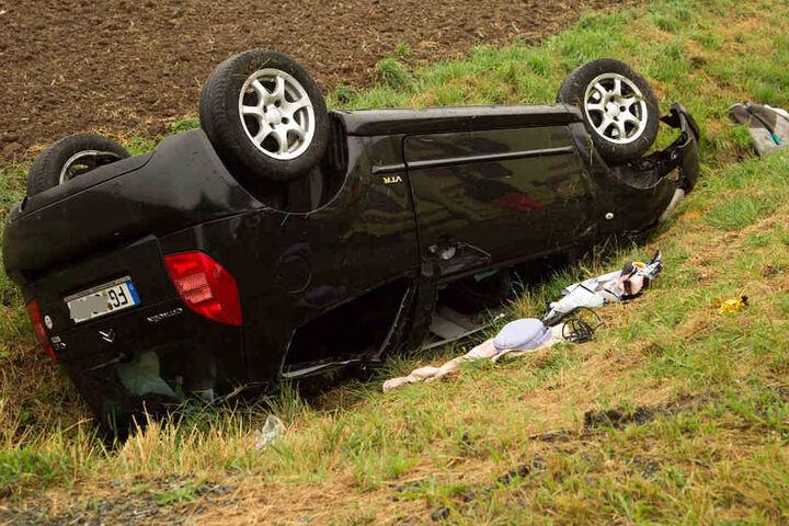 Der Unfallwagen blieb auf dem Dach liegen.