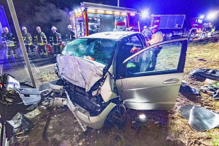 Die Wucht des Aufpralls zerstörte die Front des Wagens.