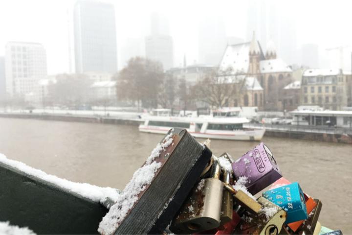 Am 1. Advent kam der Winter: Liebesschlösser auf dem Eisernen Steg und ein verschneites Mainufer in Frankfurt.