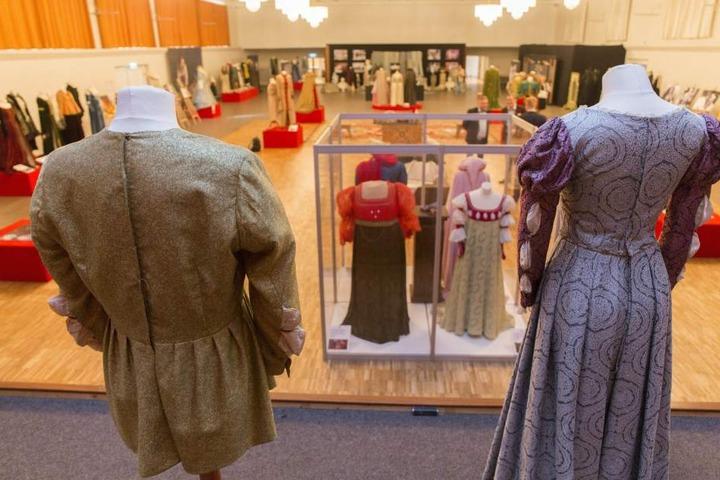 """Bei einer Ausstellung wurden während des Festival mehr als 80 Kostüme aus neun deutsch-tschechischen Märchenfilmen gezeigt, darunter auch """"Drei Haselnüsse für Aschenbrödel""""."""