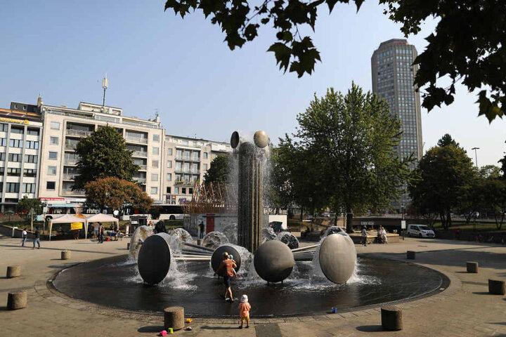Der Eberplatz kann bei Tag auch ein entspannter Spielplatz samt Brunnen sein.