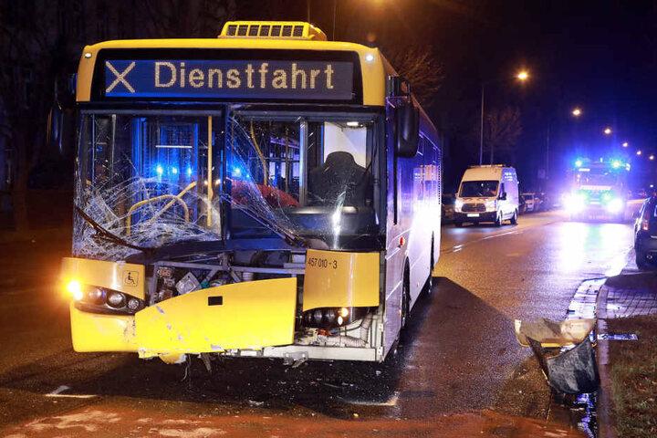 Am Auto entstand Totalschaden, der Bus musste abgeschleppt werden.