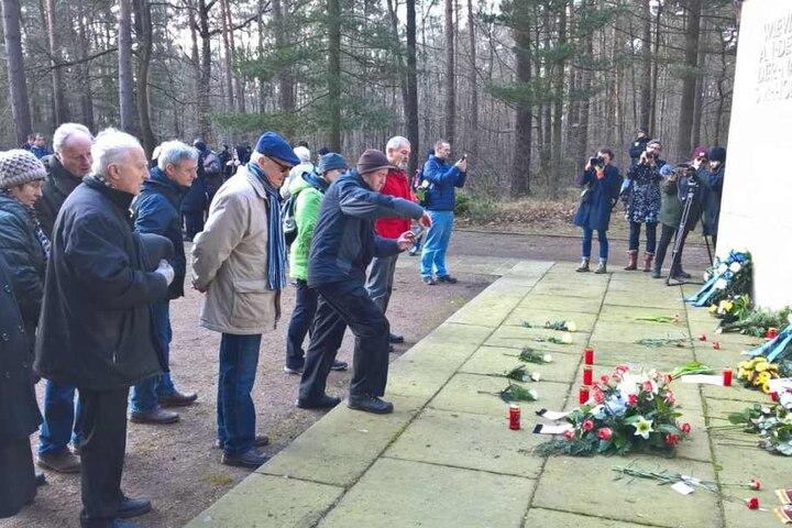 Friedhofsbesucher gedachten am Vormittag der Bombennacht.