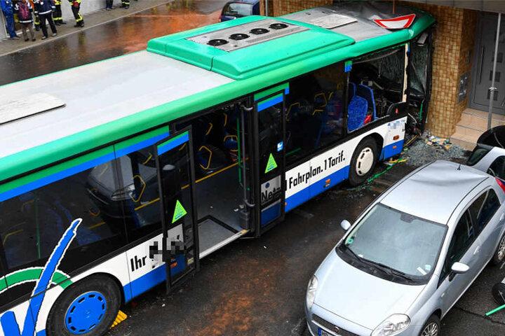 Noch ist völlig unklar, warum der voll besetzte Bus von der Straße abkam.