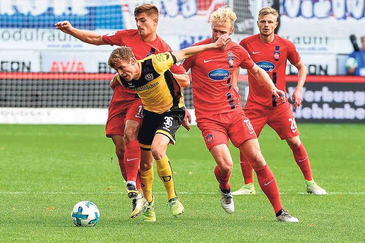 In Heidenheim spielte Niklas Hauptmann (2.v.l.) erstmals wieder über 90 Minuten durch. Besonders in der 1. Halbzeit bot er eine starke Partie, konnte wie hier auch von zwei Gegnern nur schwer gestoppt werden.